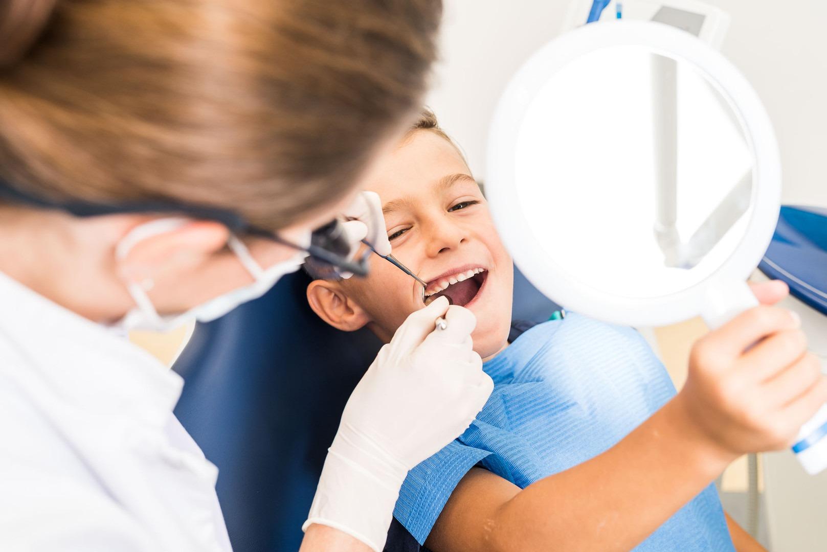 Schutz für die Backenzähne Ihres Kindes:  Die Fissurenversiegelung